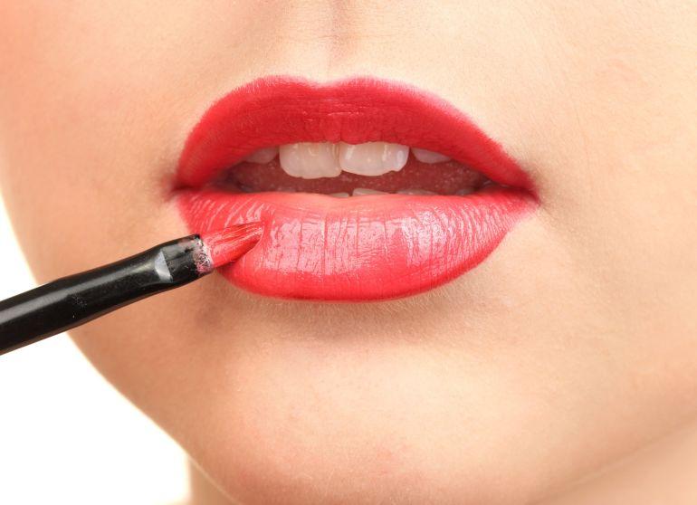 Make up bocca: riempire i contorni con il pennellino