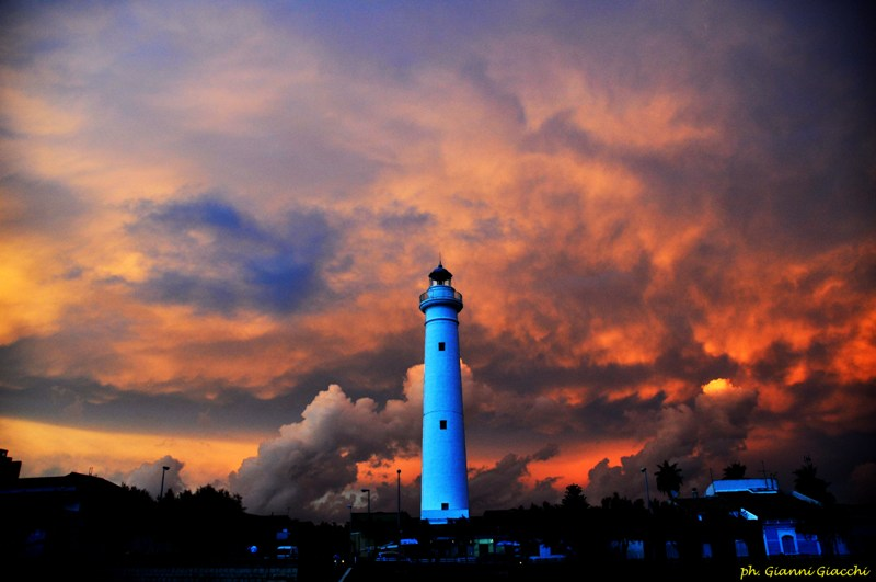 faro con nubi 1 Foto di Gianni Giacchi - Copia