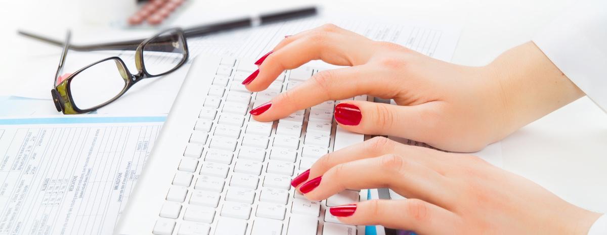 scrivania-medico-Fotolia_77646118